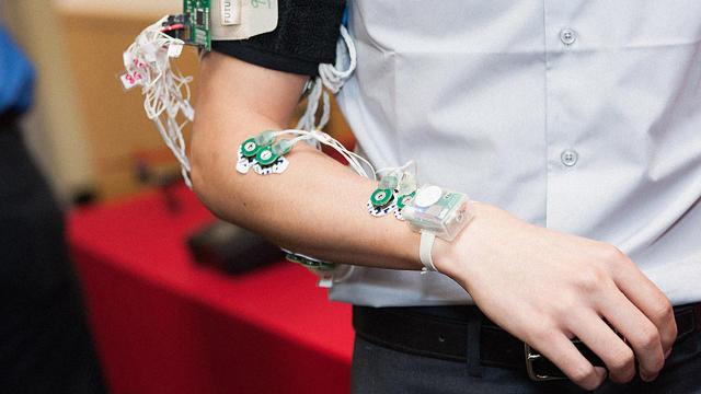 Inline-i-1-wrist-mounted-motion-sensor-translates-sign-language-into-english